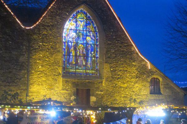 le marché, avec en arrière plan la verrière de l'église restaurée