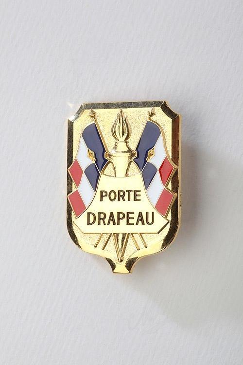 Cérémonie du 11 novembre : remise d'insignes aux Porte drapeaux